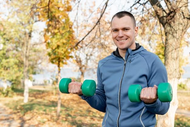 Przystojny mężczyzna robi sprawności fizycznej ćwiczy w naturze