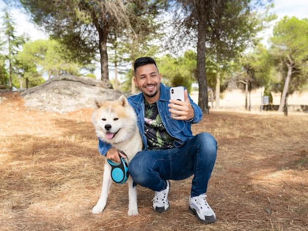 Przystojny mężczyzna robi zdjęcia z psem