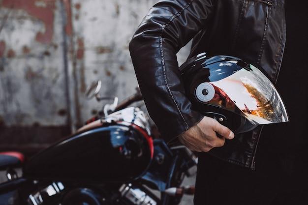 Przystojny mężczyzna rowerzysta podróżuje na mototrcycle