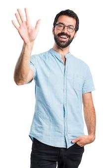 Przystojny mężczyzna saluting
