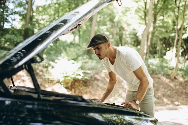 Przystojny mężczyzna samochodem