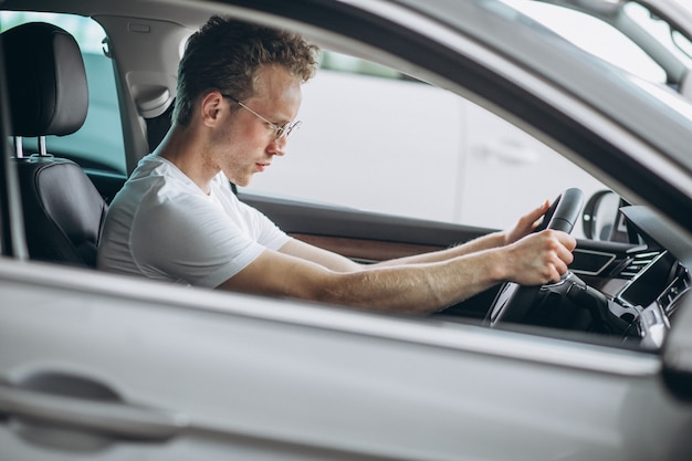 Przystojny mężczyzna siedzi w samochodzie