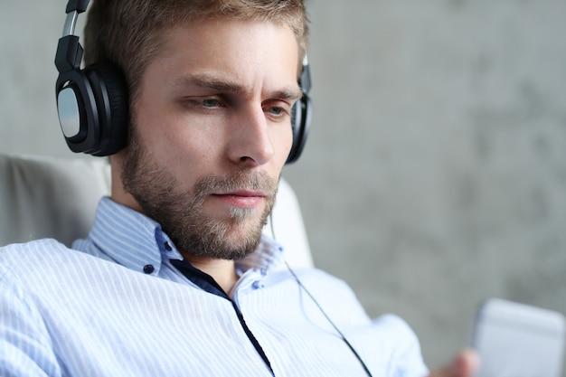 Przystojny mężczyzna słuchania muzyki na słuchawkach