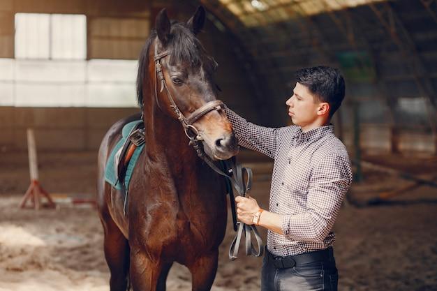 Przystojny mężczyzna stojący na ranczo