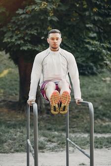 Przystojny mężczyzna szkolenie w lato parku