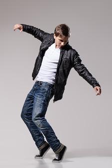 Przystojny mężczyzna tańczy