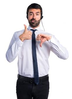 Przystojny mężczyzna telemarketer czyni dobry złym znakiem