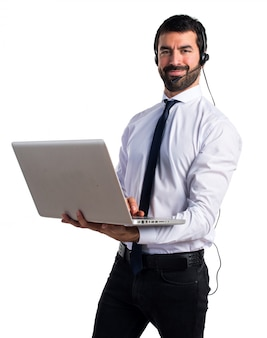 Przystojny mężczyzna telemarketer z laptopem