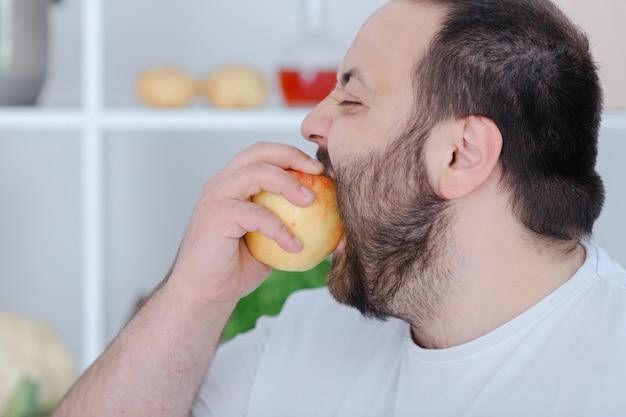 Przystojny mężczyzna trzyma owoce