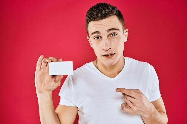 Przystojny mężczyzna trzyma pustą wizytówkę