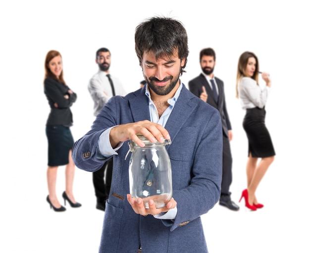 Przystojny mężczyzna trzyma pusty szklany słoik na izolowanych tle