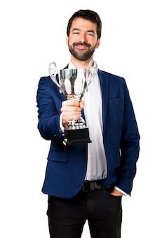 Przystojny mężczyzna trzyma trofeum