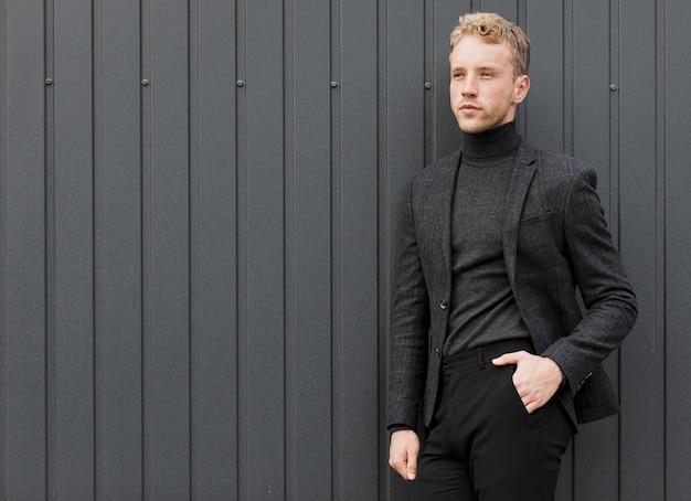 Przystojny mężczyzna, trzymając rękę w kieszeni spodni