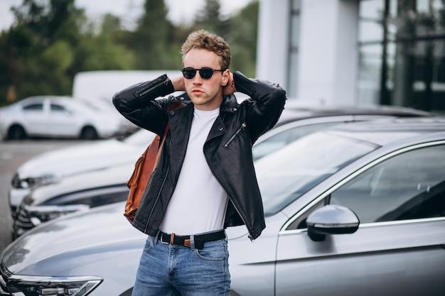 Przystojny mężczyzna turysta kupuje samochód