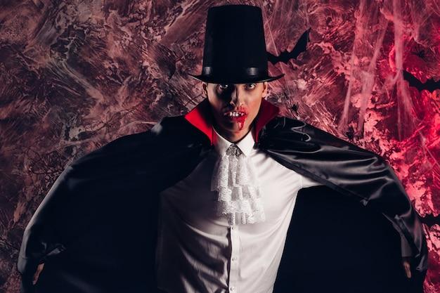 Przystojny mężczyzna ubrany w kostium drakuli na halloween. atrakcyjny wampir