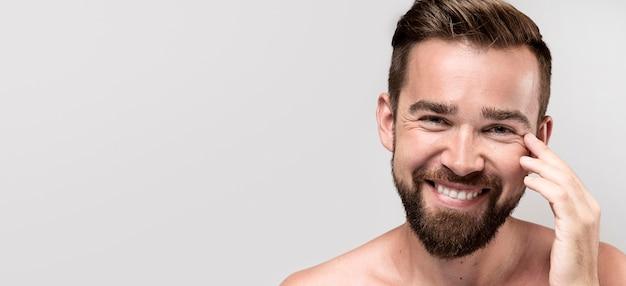 Przystojny mężczyzna uśmiecha się z miejsca na kopię
