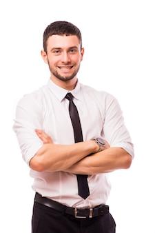 Przystojny mężczyzna uśmiecha się z rękami skrzyżowanymi, na białym tle nad białą ścianą