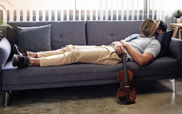 Przystojny mężczyzna ustanawiające na kanapie