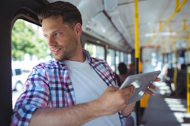 Przystojny mężczyzna używa cyfrową pastylkę