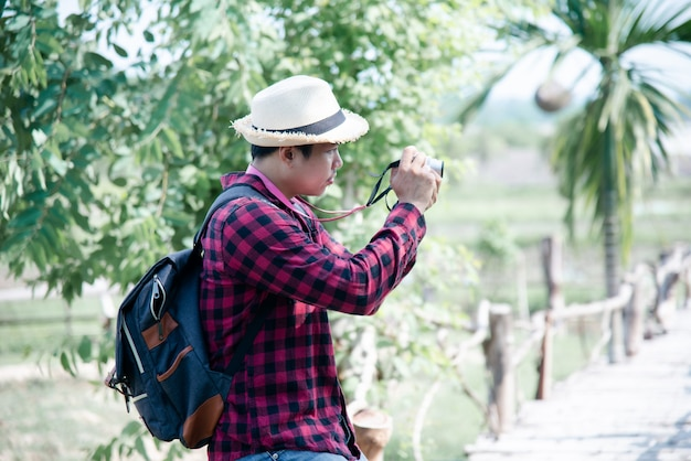 Przystojny mężczyzna używa kamerę w podróży naturze