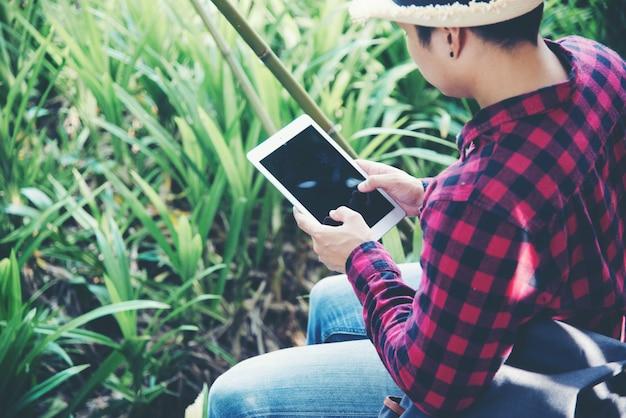 Przystojny mężczyzna używa laptop w podróży naturze