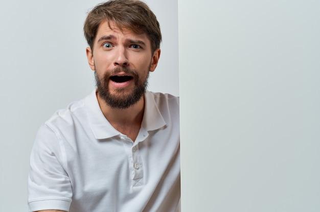 Przystojny mężczyzna w białej koszulce makieta plakat rabat reklama studio copyspace