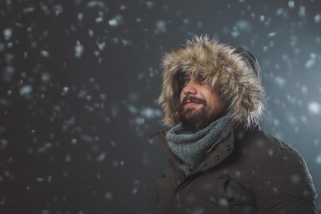 Przystojny mężczyzna w burzy śnieżnej