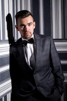 Przystojny mężczyzna w garniturze