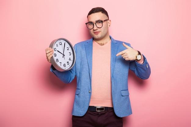 Przystojny mężczyzna w jasnej kurtce z zegarami