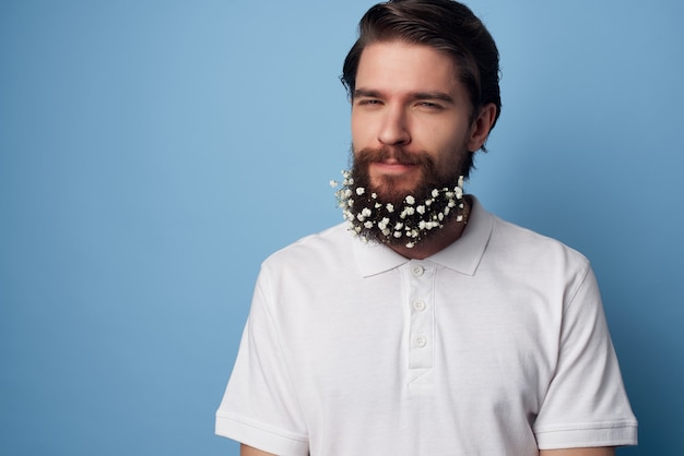 Przystojny mężczyzna w koszuli kwiaty włosy ekologia naturalny styl