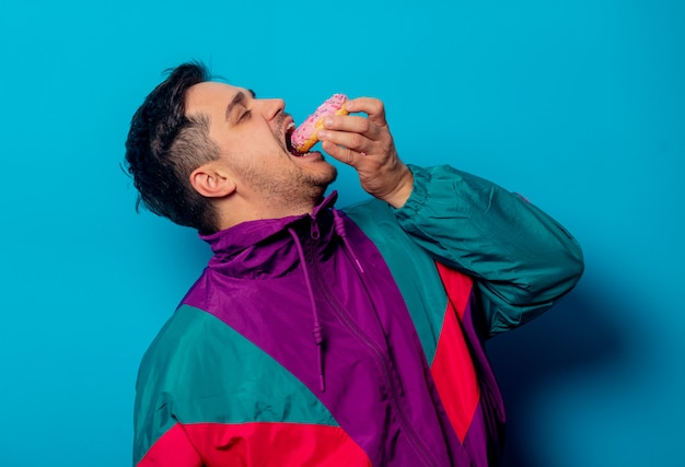 Przystojny mężczyzna w lat 90. kurtka z pączkiem