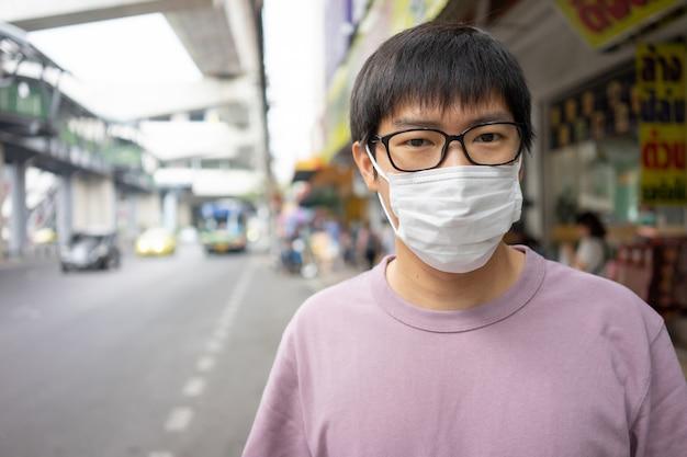 Przystojny mężczyzna w masce chroni filtr przed zanieczyszczeniem powietrza (pm2,5)