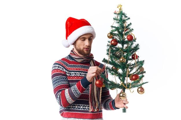 Przystojny mężczyzna w nowym roku ubrania dekoracji boże narodzenie studio pozowanie