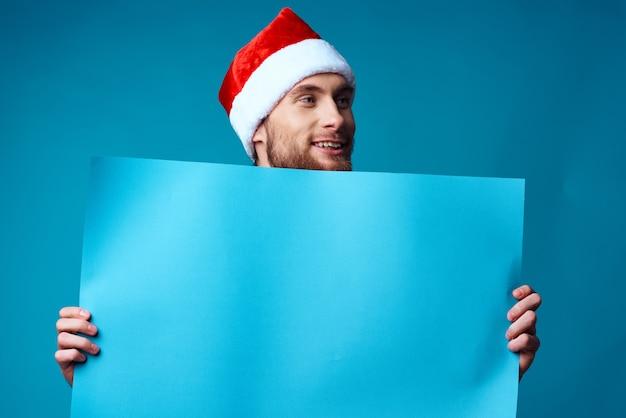 Przystojny mężczyzna w nowym roku ubrania reklamowe miejsce na niebieskim tle