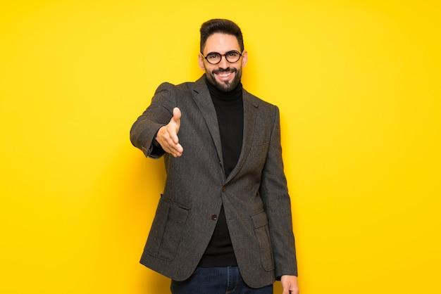 Przystojny mężczyzna w okularach drżenie rąk do zamknięcia dobrą ofertę