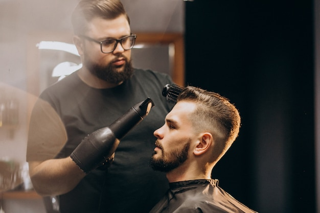 Przystojny mężczyzna w sklepie fryzjer stylizacja włosów