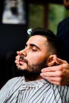Przystojny mężczyzna w sklepie fryzjerskim