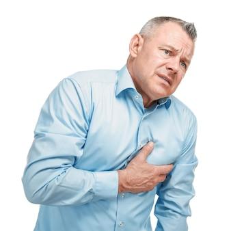 Przystojny mężczyzna w średnim wieku o zawał serca na białym tle