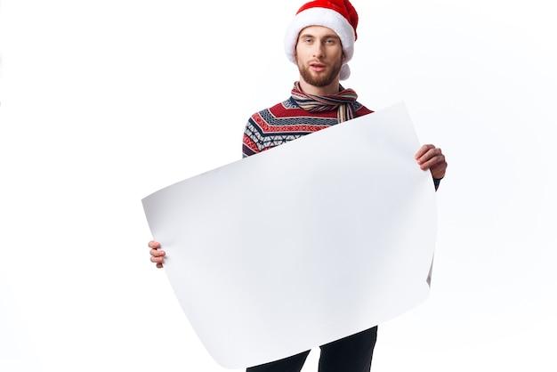 Przystojny mężczyzna w świątecznym kapeluszu z białym plakatem makieta boże narodzenie światło tło
