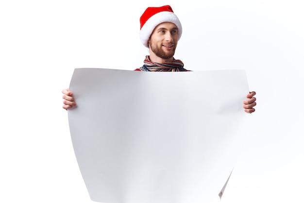 Przystojny mężczyzna w świątecznym kapeluszu z białym plakatem makiety świąteczne studio copyspace