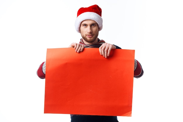 Przystojny mężczyzna w świątecznym kapeluszu z czerwoną makieta plakat studio copyspace