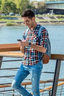 Przystojny mężczyzna wysyłanie wiadomości tekstowej.