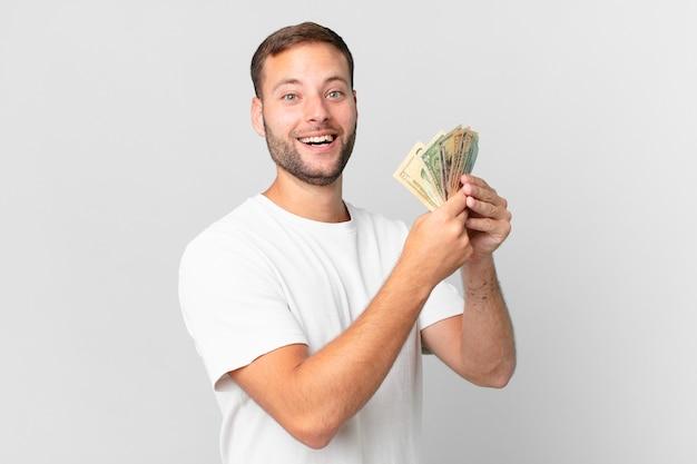 Przystojny mężczyzna z banknotami dolarowymi