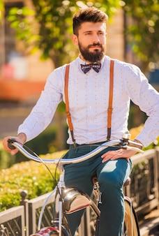 Przystojny mężczyzna z brodą, jazda na rowerze.