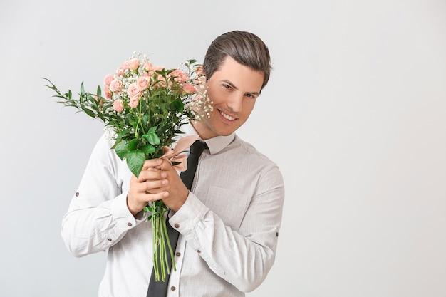 Przystojny mężczyzna z bukietem kwiatów