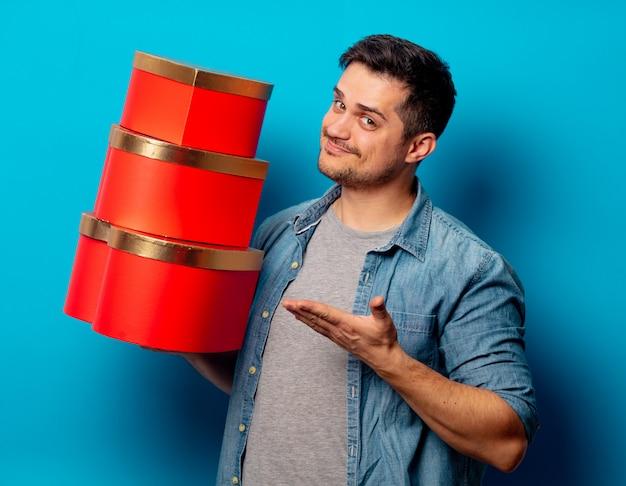 Przystojny mężczyzna z czerwonymi prezentami