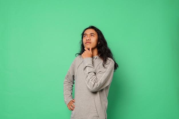 Przystojny mężczyzna z długimi włosami na na białym tle