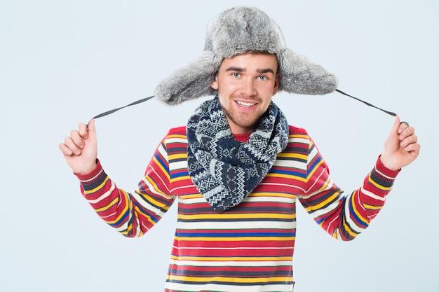Przystojny mężczyzna z futrzanym kapeluszem