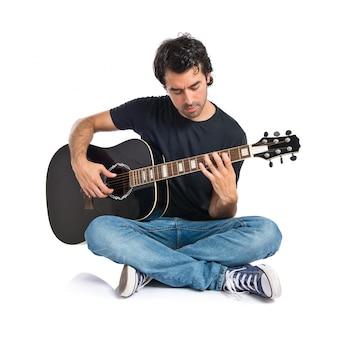 Przystojny mężczyzna z gitara na białym tle