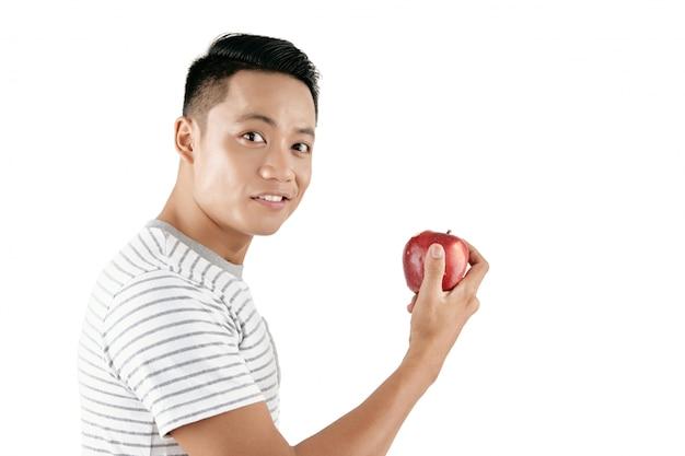 Przystojny mężczyzna z jabłkiem